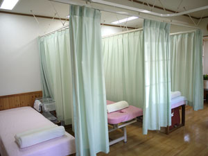 診療室はカーテンで仕切られています。