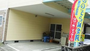 駐車場は入口過ぎて左側建物内です。
